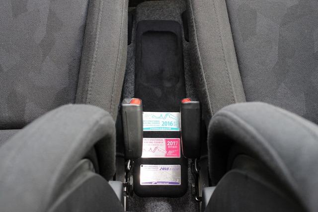 コクピットのセンタースペースにはワンオフしたトレーを設置。後部にはオーナーのサーキット走行歴を示すプレートをビルトイン。