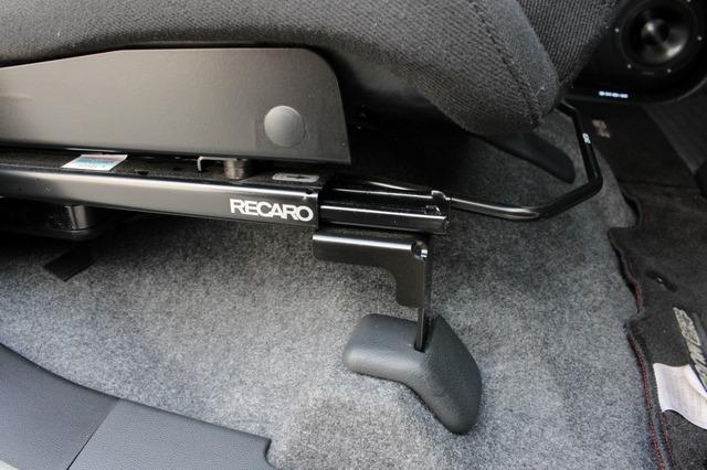 レカロのシートレールのマウント部にもインテリアに合わせたカバーをワンオフ。上質な仕上げでスポーツシートの無骨さを緩和する。