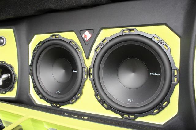 サブウーファーにはお気に入りのロックフォードをチョイス。パンチシリーズの12インチで迫力の低音を響かせる。