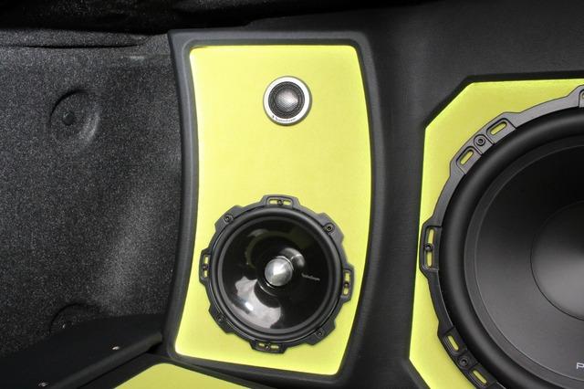 中高域用のスピーカーとしてロックフォードのT2をチョイス。大きなバッフル面は弧を描くデザインで個性的なフォルムを持つ。