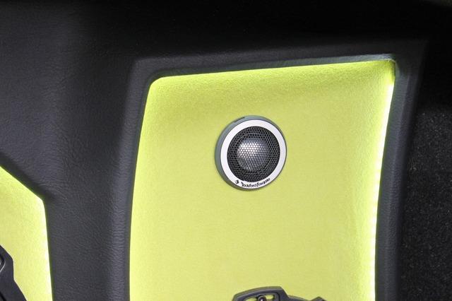 サブウーファーの両サイドにある中高域スピーカーのバッフルは、アールを使って美しくデザインされているのが見て取れる。
