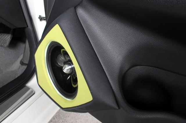 純正ドアにぴったりフィットするバッフル形状で純正インテリアとのデザイン上の融合感も抜群。