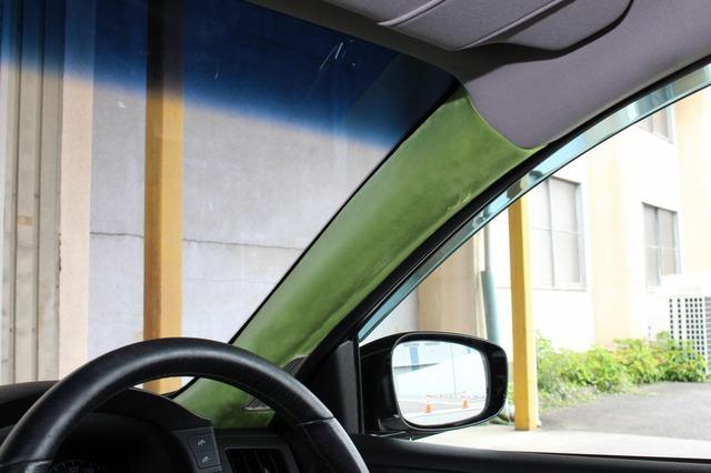 内装カスタムのとっかかりはAピラーだった。オーナー自らがDIYで張り替えたという力作。このグリーンイメージが内装を統一する。