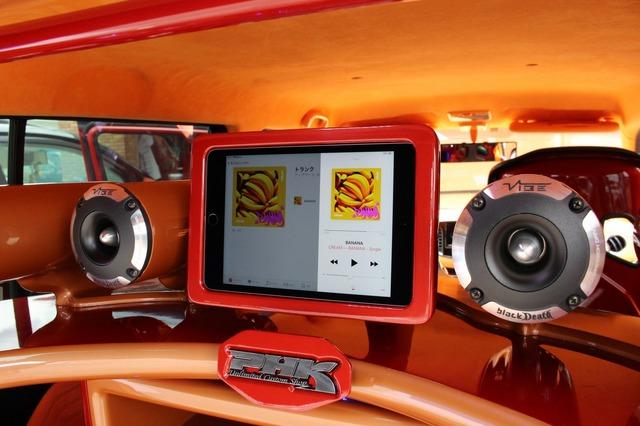 ラゲッジのオーディオラック上部にはiPad miniをセットするホルダーを設置。ここで音源の再生コントロールを行う便利な仕様。