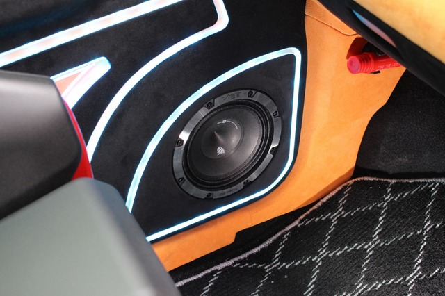 ドアにはヴァイブオーディオのミッドバスであるBDPRO 6M-V4をインストール。アウターバッフルのデザイン処理も手が込んでいる。