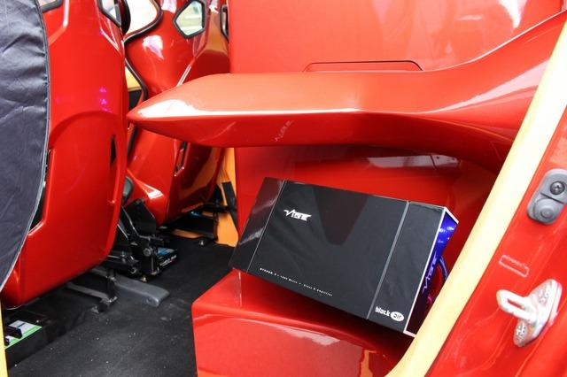 ボックス両サイドにはヴァイブオーディオの4chパワーアンプであるBLACKAIRS4-V1をインストール。隅々にまで気を配った処理だ。