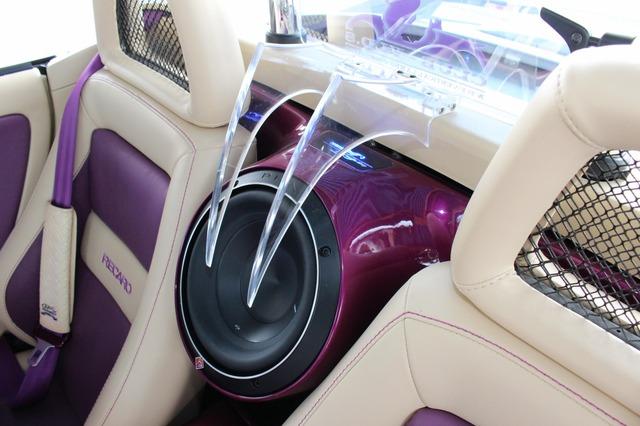 ロックフォードの8インチサブウーファーをインストールした背面スペース。シートの隙間から振動板がのぞくデザインが独特。