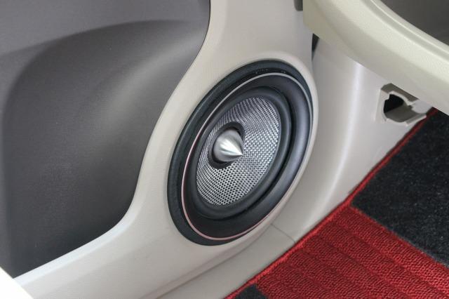 キッカーQSSのフロントスピーカーをチョイス。ミッドバスはドアにアウターバッフルで取り付けられている。