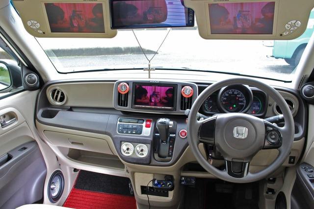 コクピットにはエアサスメーターやパドルスイッチなどをレイアウトするなど、オーディオに加えてエアサスの装備も数多い。
