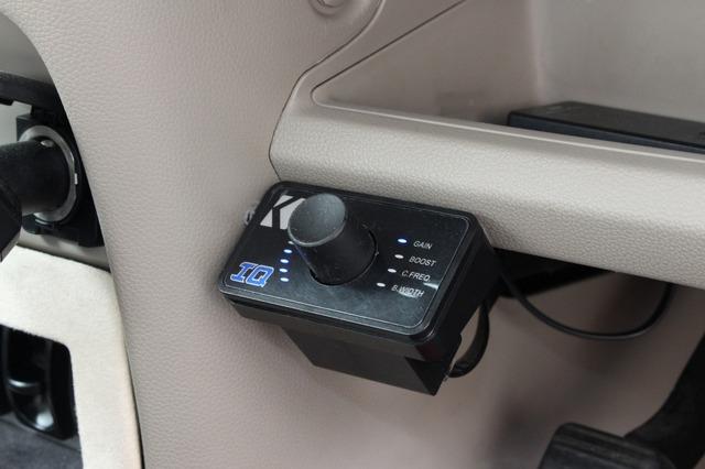 キッカーのIQをコントロールするリモコンをダッシュ下部に設置。バスブーストなどを手元でコントロールしている。