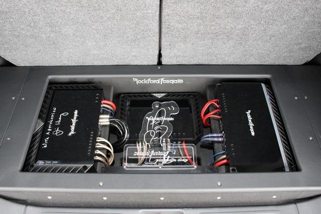 左右対称のデザインでカバーを開けたときのデザイン性も重視。ロックフォードのアンプを最大限生かしたレイアウトだ。