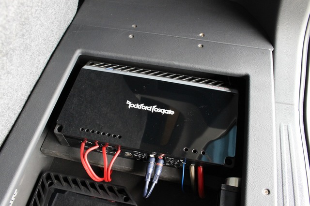 右サイドにはパンチシリーズのパワーアンプであるP400-4をインストール。こちらはキャビン内に設置したサブウーファーを駆動。