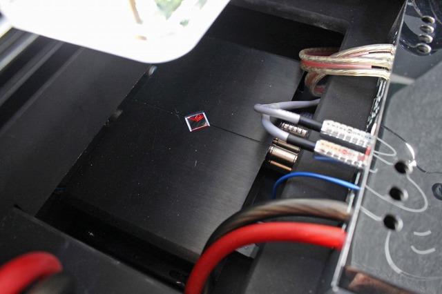 ラゲッジの底部を見るとプロセッサーの3SIXTY.3の本体が設置されている。省スペースをうまく利用した作りだ。