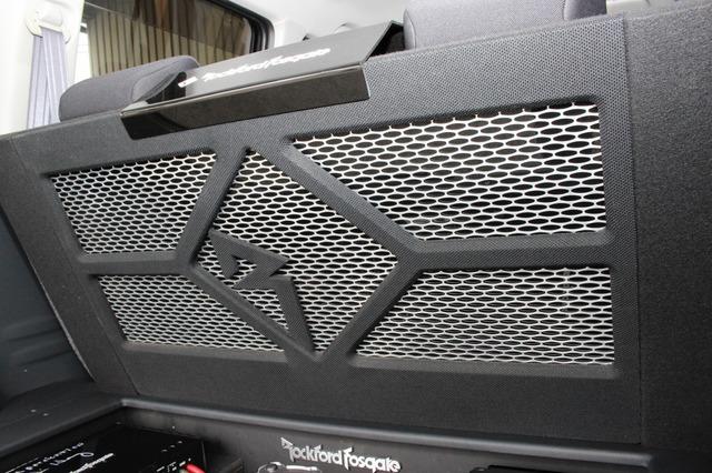カバーにはメッシュ素材を用いることで放熱性も確保。ロックフォードのロゴをかたどったデザインなど手が込んだ作り。