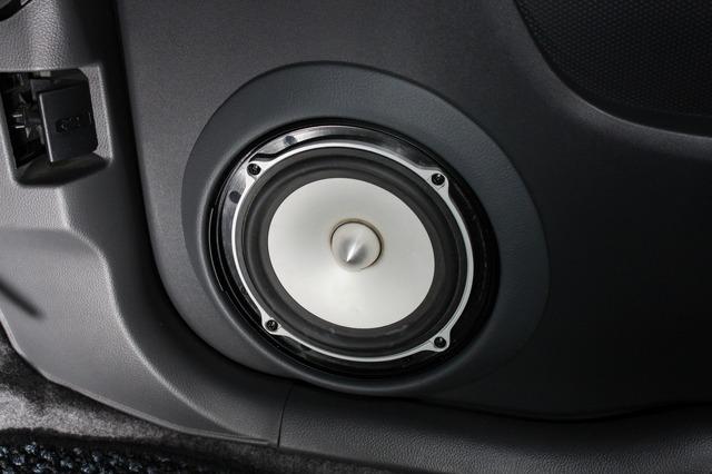 ロックフォードFNQ独特なグリル形状やコーン、フェイズプラグなどのおかげで、ドアまわりは華やかなデザインになっている。