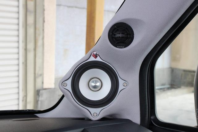 AピラーにはFNQのミッドレンジとJ3のトゥイーターをインストール。構造的にもデザイン的にも力の入るポイント。