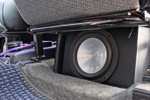 運転席&助手席の下にはそれぞれグラウンドゼロの16cmサブウーファーユニットであるGZNW6.5をステレオでインストールする。