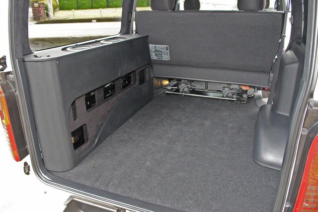 ラゲッジを大きく確保しつつ、多数のオーディオユニットを搭載するため、左ウォールにオーディオボードを設置した。