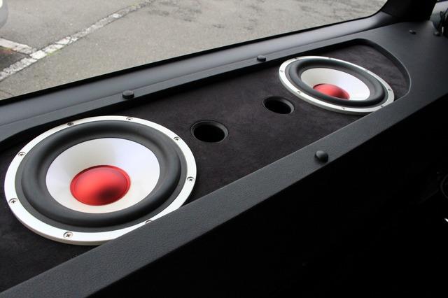 サブウーファーはビーウィズのC-180IIIを2発インストール。小径のサブウーファーなのでボックスの厚みに収まる設計。