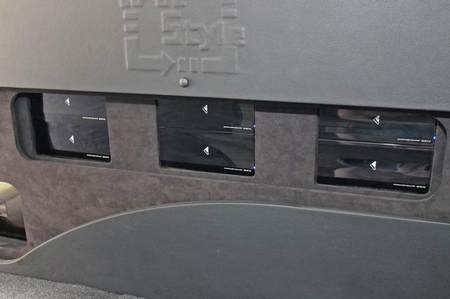 パワーアンプはR107Sリミテッドを6台インストール。ウォールの中央部分はほぼパワーアンプで埋め尽くされるデザイン。