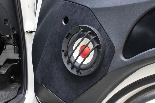 ドアスピーカーはコンフィデンスIIIのC-130III。ドアを大胆加工してエンクロージャーを組んだスタイルが美しい。
