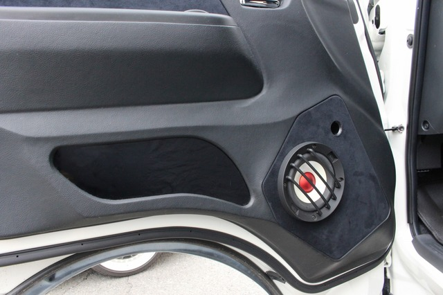 ドアポケット部分などにもカスタム処理を施して、ドア全体に対してバッフル面を融合させるデザインとしているのも見どころ。
