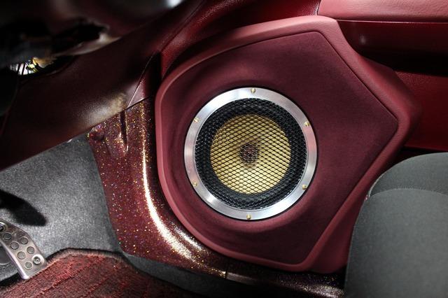 フロントスピーカーにはZRスピーカーラボのエクストラバガンスシリーズ。ドアにはアウターバッフルでミッドバスをセットする。