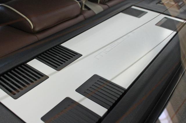 モスコニのパワーアンプをリアトレーの中央にレイアウト。ホワイトのボディであることもインパクトを一段と高めた。