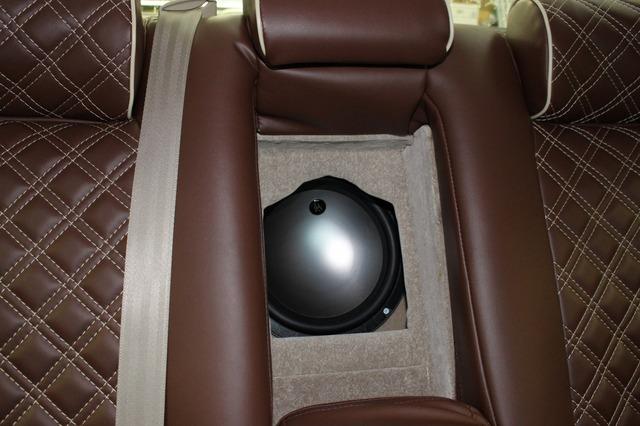 リアシートのトランクスルーから振動板をのぞかせるDLSのサブウーファー。サウンド面の厚みと低域バランスも絶好に引き出す。