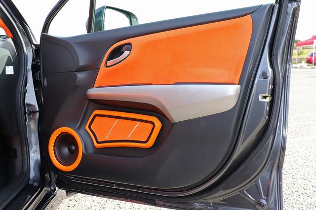 豪快に作り込まれたフロントドア。オレンジのスエード、レザー、そしてカーボンが適材適所に配され、印象度高くフィニッシュ。
