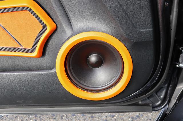 """フロントスピーカーは""""グラウンドゼロ""""の『GZNC 1650SQ Ltd』。低音のパワー感と高音のクリア感が絶妙にバランスする名機。"""
