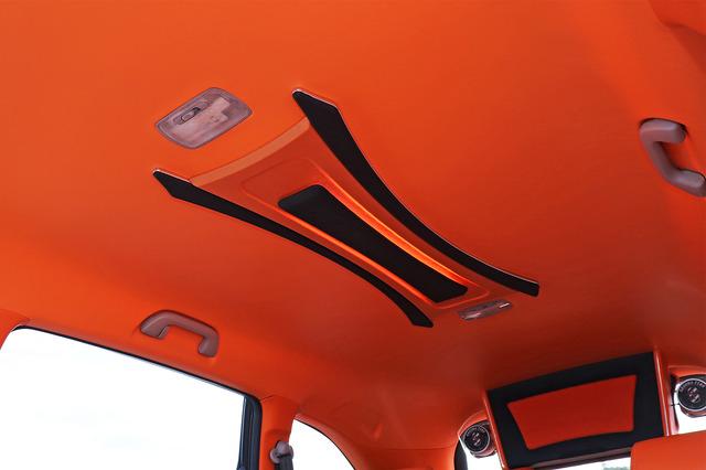 天井も、オレンジレザーを大胆に1枚貼りしてフルトリム。センターには、2種類のブラックレザーを使い分けて作り込まれたオブジェをin!