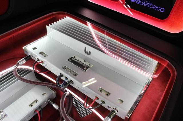 トランクフロアの右サイドにはシンフォニのPrestigioをインストール。シルバーの美しいボディを見せつける処理。