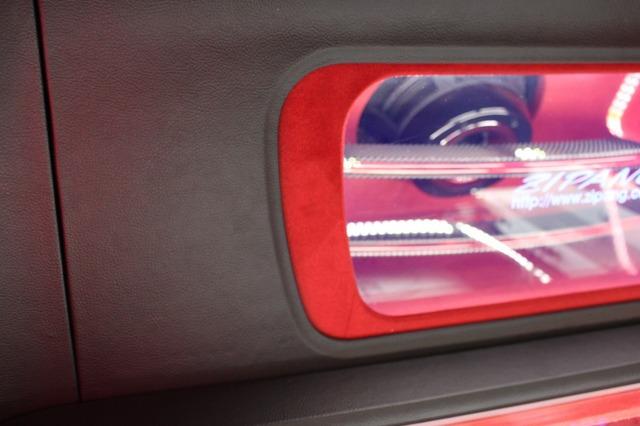 レザーにレッドの人工スエードを組み合わせて落ち着いた中にも華やかなデザインを注ぎ込んだ。