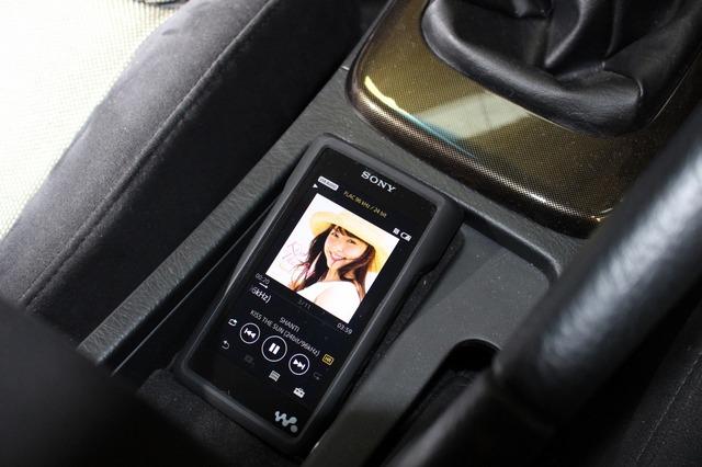 オーディオプレイヤーとして用いるのはウォークマン。高音質DAPとして多くのユーザーが車内で活用するユニットだ。