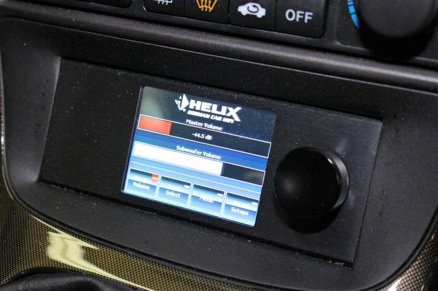 DSPにはヘリックスのDSP-PRO Mk2をチョイス。操作部はセンターコンソール下部のスペースにビルトインする。