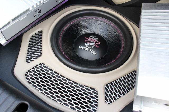 サブウーファーにはグラウンドゼロのGZIW12SPLをインストール。周辺のデザインもかなり凝っている。