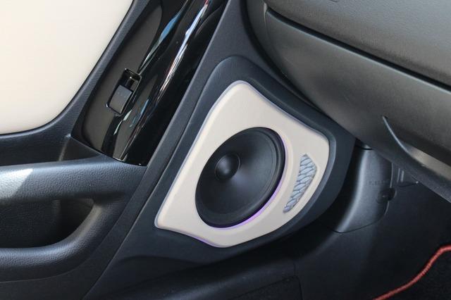 ドアのアウターバッフルはベージュ色を使った落ち着いたフィニッシュ。グラウンドゼロGZNCシリーズをチョイス。