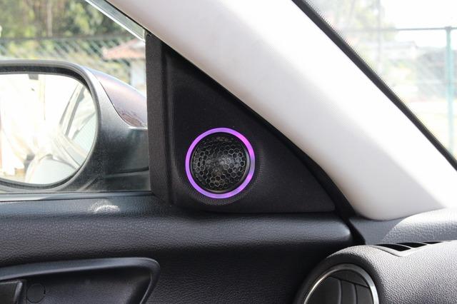 ドアミラー裏のスペースにはグラウンドゼロGZNCのトゥイーターをビルトイン。アクリルリング+LEDでイルミ効果を発揮する。