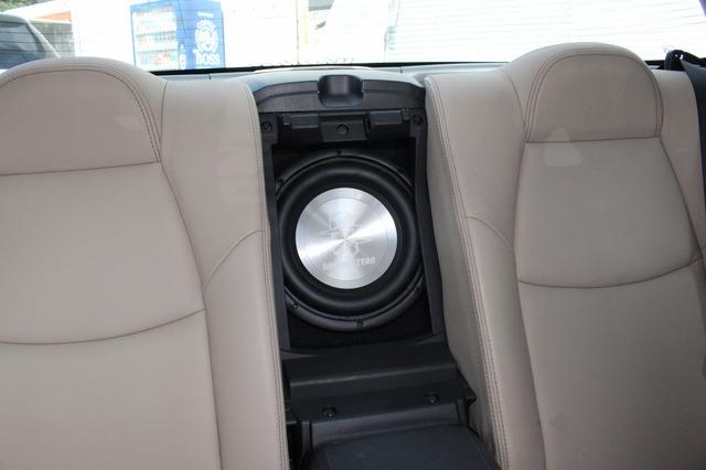 リアシートのトランクスルー部には車内用サブウーファーであるグラウンドゼロGZHW25Xの振動板が見える。