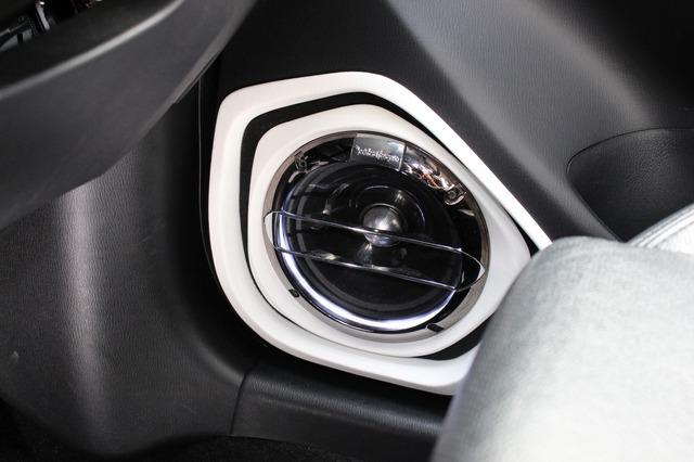 フロントスピーカーにはロックフォードのT2652-S.JPをチョイス。ミッドバスはアウターバッフルとして高音質を引き出す。