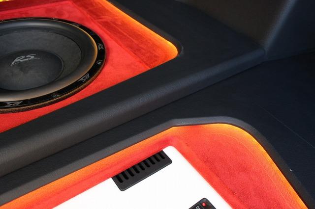 キックアップするデザインでフロアの立体感を演出。赤の人工スエードを照らし出す間接照明を備えることでショーアップ効果も抜群。