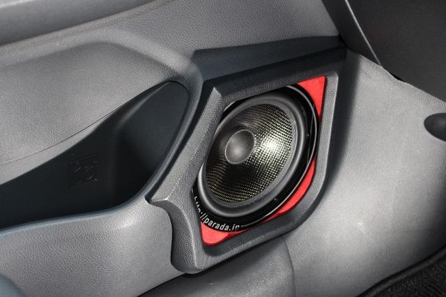 フロントスピーカーは試聴で気に入って導入したRSオーディオのRS Stream165-2。ミッドバスはドアにアウターで取り付ける。