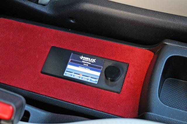 ヘリックスのプロセッサーの操作部であるダイレクターをコンソールトレーにビルトイン。操作性&デザイン性にも優れる。