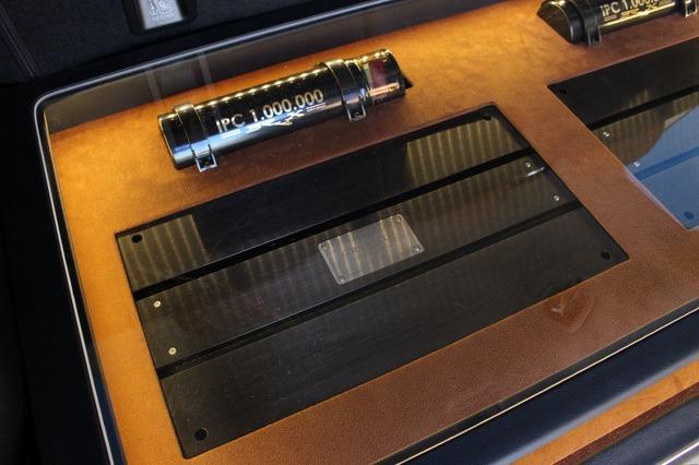 ブラックス・グラフィックシリーズのパワーアンプを左右に2台インストール。大型アンプがデザイン的にも映える。