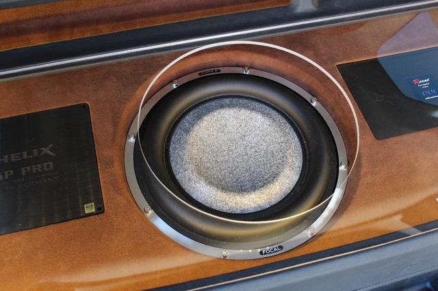 サブウーファーにはフロントスピーカーと統一してフォーカルのユートピアMをチョイス。振動板のカラーがオーナーのお気に入り。