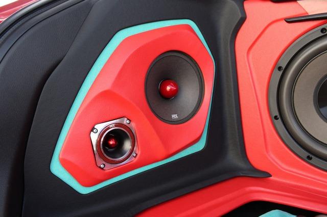 サイドウォールには外向きスピーカーを設置。MTXのバレットトゥイーター・RTX2BTSとミッドバス・RTX658を用いる。