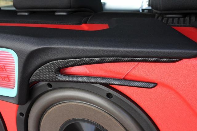 サブウーファーの上部パネルを見ると細かな造形が見て取れる。この部分だけをパンチング素材を用いるなどこだわり満載。