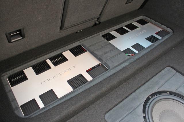 前方を一段高めて2台のパワーアンプをビルトイン。しかも大型のモスコニZERO4を2台並べたスタイルはインパクト大だ。