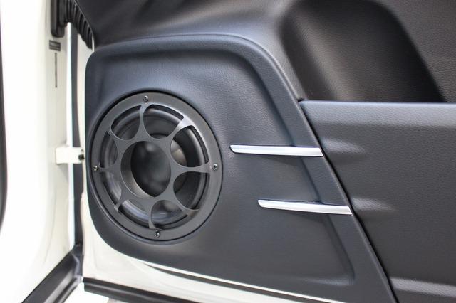 ドア加工はコクピットのクライマックスのひとつ。純正デザインを生かしつつモレル・イレイトのミッドバスをスマートにインストール。
